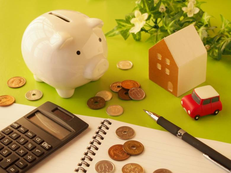生活費を家計簿につけているイメージ
